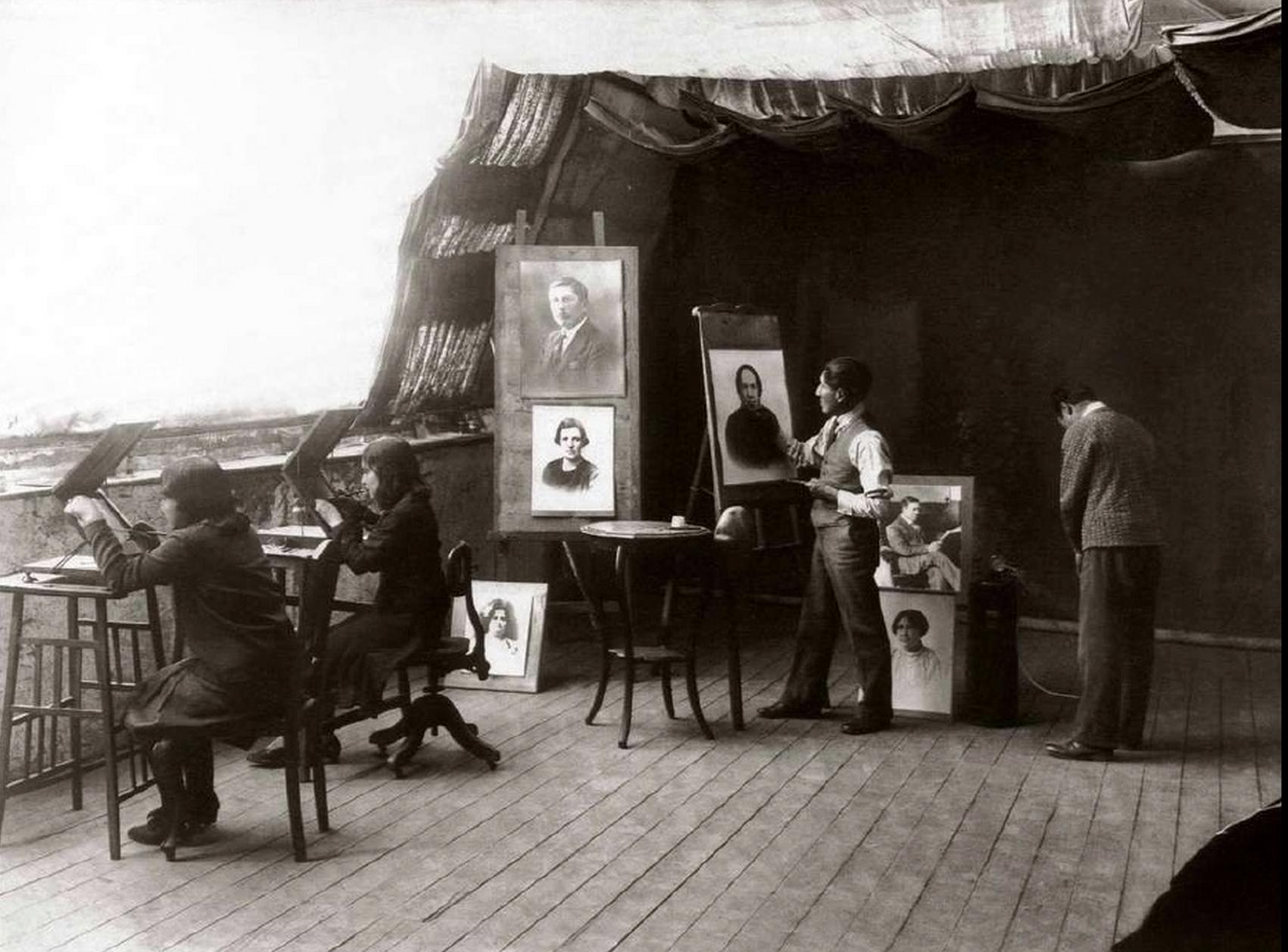 Martín Chambi trabajando en su estudio (Cusco, 1935)